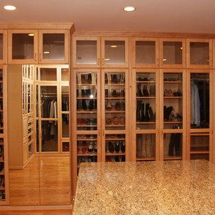 Esempio di una grande cabina armadio unisex classica con ante in legno chiaro