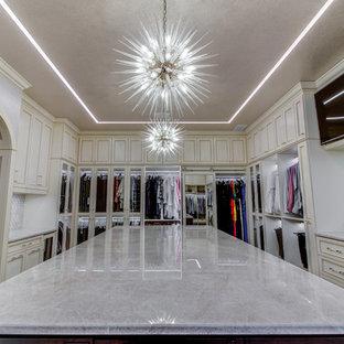 Ejemplo de armario vestidor unisex, actual, grande, con armarios estilo shaker y puertas de armario beige