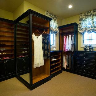 Foto di una cabina armadio per donna classica di medie dimensioni con ante in legno bruno e ante con riquadro incassato
