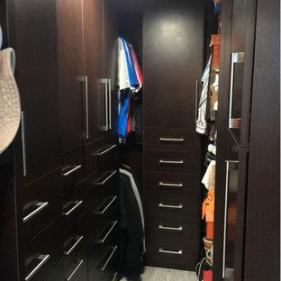 ロサンゼルスの小さいトランジショナルスタイルのおしゃれなウォークインクローゼット (フラットパネル扉のキャビネット、茶色いキャビネット) の写真