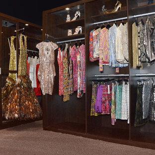 Ejemplo de armario vestidor de mujer, clásico renovado, de tamaño medio, con puertas de armario de madera en tonos medios