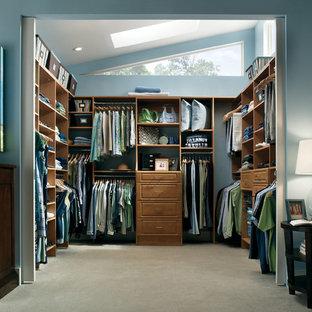 Modelo de armario vestidor unisex, tradicional renovado, de tamaño medio, con armarios con paneles con relieve, puertas de armario de madera oscura y moqueta