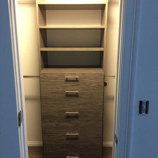 Modelo de armario vestidor unisex, tradicional, de tamaño medio, con armarios abiertos, puertas de armario con efecto envejecido y suelo marrón