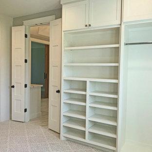 Foto de armario vestidor unisex, campestre, de tamaño medio, con armarios estilo shaker, puertas de armario blancas, moqueta y suelo blanco