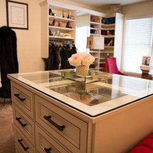 Imagen de vestidor de mujer, bohemio, grande, con armarios con paneles con relieve, puertas de armario blancas y moqueta