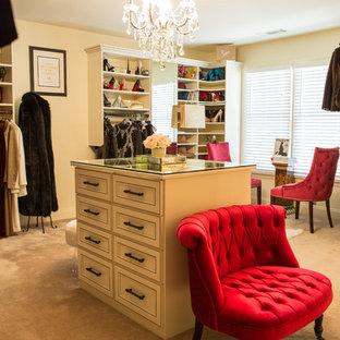 Foto de vestidor de mujer, romántico, grande, con armarios con paneles con relieve, puertas de armario blancas y moqueta