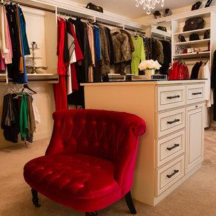 Imagen de armario vestidor de mujer, bohemio, grande, con armarios con paneles con relieve, puertas de armario blancas y moqueta