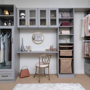 Ejemplo de armario vestidor de mujer, tradicional renovado, de tamaño medio, con armarios estilo shaker, puertas de armario grises, moqueta y suelo beige