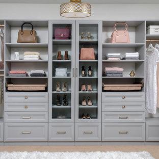 Idee per una cabina armadio per donna american style di medie dimensioni con ante in stile shaker, ante grigie, moquette e pavimento beige