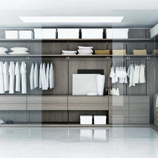 Idéer för ett mellanstort modernt walk-in-closet, med öppna hyllor och skåp i mellenmörkt trä