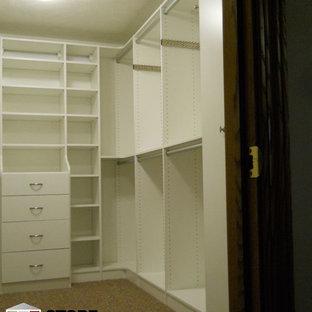 Ispirazione per un'ampia cabina armadio unisex minimalista con ante lisce, ante bianche e moquette