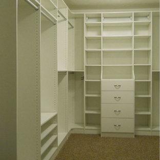 Idee per un'ampia cabina armadio unisex minimalista con ante lisce, ante bianche e moquette
