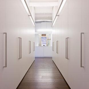 ワシントンD.C.のコンテンポラリースタイルのおしゃれなウォークインクローゼット (濃色無垢フローリング) の写真