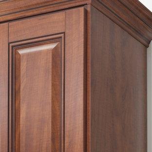 Idées déco pour un dressing classique avec un placard avec porte à panneau surélevé, des portes de placard en bois sombre et un sol en bois foncé.