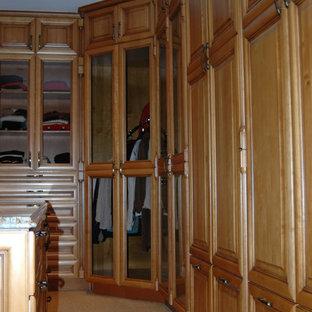 Ejemplo de armario vestidor unisex, rústico, de tamaño medio, con armarios con paneles con relieve, puertas de armario de madera en tonos medios, moqueta y suelo beige