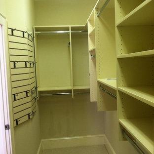 Modelo de armario vestidor unisex, clásico, de tamaño medio, con armarios con paneles lisos, puertas de armario beige, moqueta y suelo beige