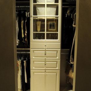 Foto de armario vestidor unisex, clásico, grande, con armarios con paneles con relieve y puertas de armario beige