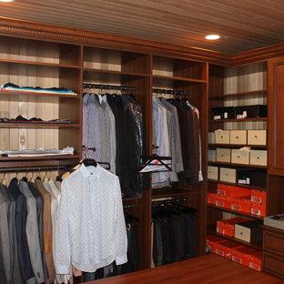 Idee per uno spazio per vestirsi unisex moderno di medie dimensioni con nessun'anta, ante con finitura invecchiata e pavimento in legno massello medio
