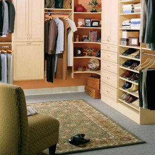 Imagen de armario vestidor unisex, de estilo americano, con armarios con puertas mallorquinas, puertas de armario de madera clara y moqueta