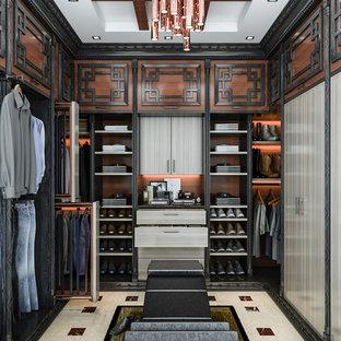 ロサンゼルスの男性用アジアンスタイルのおしゃれなウォークインクローゼット (フラットパネル扉のキャビネット、セラミックタイルの床、ベージュの床) の写真