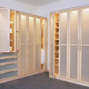 Cette image montre un dressing nordique de taille moyenne et neutre avec un placard à porte vitrée, des portes de placard en bois clair et moquette.