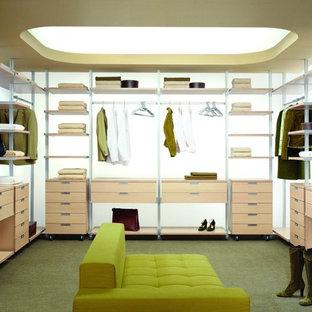 トロントの広い男女兼用コンテンポラリースタイルのおしゃれなフィッティングルーム (オープンシェルフ、淡色木目調キャビネット、カーペット敷き、緑の床) の写真