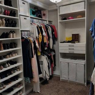 Diseño de armario y vestidor tradicional renovado, de tamaño medio, con armarios con paneles lisos, puertas de armario blancas, moqueta y suelo marrón