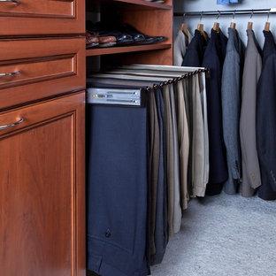 Ejemplo de armario vestidor unisex, tradicional, de tamaño medio, con armarios con paneles empotrados, puertas de armario de madera oscura y moqueta