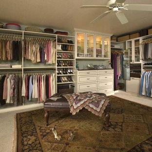 Diseño de armario vestidor unisex, clásico, extra grande, con armarios con rebordes decorativos, puertas de armario blancas y moqueta