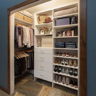 他の地域の小さい男女兼用トランジショナルスタイルのおしゃれなウォークインクローゼット (フラットパネル扉のキャビネット、白いキャビネット、スレートの床、マルチカラーの床) の写真