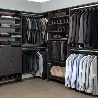 Diseño de armario vestidor unisex, moderno, grande, con armarios con paneles lisos, puertas de armario de madera en tonos medios, suelo de baldosas de porcelana y suelo beige