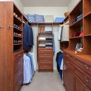Foto de armario vestidor unisex, clásico, pequeño, con armarios con paneles empotrados, puertas de armario de madera en tonos medios, moqueta y suelo beige