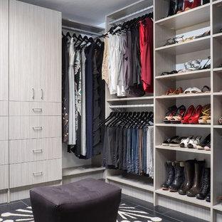 Ispirazione per un grande spazio per vestirsi unisex moderno con ante lisce, ante in legno chiaro, pavimento in gres porcellanato e pavimento nero