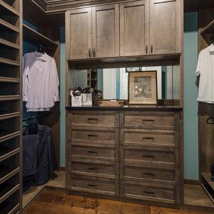 Modelo de armario vestidor de hombre, rural, pequeño, con puertas de armario de madera oscura