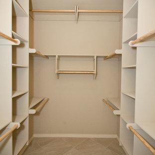 オクラホマシティの中サイズの男女兼用トラディショナルスタイルのおしゃれなウォークインクローゼット (オープンシェルフ、ベージュのキャビネット、セラミックタイルの床) の写真