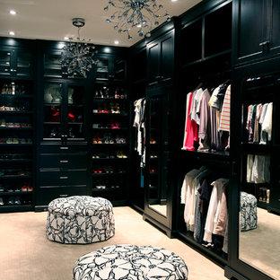 バンクーバーのコンテンポラリースタイルのおしゃれなフィッティングルーム (黒いキャビネット、カーペット敷き) の写真