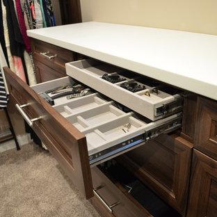 Ejemplo de armario vestidor unisex, actual, extra grande, con armarios estilo shaker, puertas de armario de madera en tonos medios y moqueta