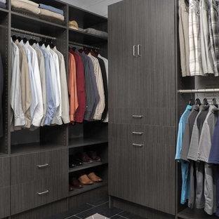 Modelo de armario vestidor de hombre, minimalista, de tamaño medio, con armarios con paneles lisos, puertas de armario grises y suelo de baldosas de porcelana