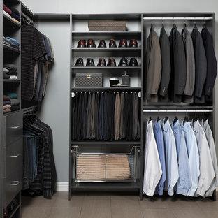 Ejemplo de armario vestidor de hombre, clásico renovado, de tamaño medio, con armarios con paneles lisos, puertas de armario grises y suelo de baldosas de porcelana