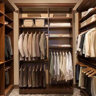 Ejemplo de armario vestidor de hombre, clásico renovado, de tamaño medio, con puertas de armario de madera en tonos medios y moqueta