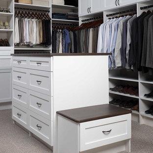 Foto de armario vestidor unisex, clásico renovado, grande, con armarios estilo shaker, puertas de armario blancas y moqueta