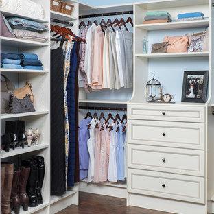 Ejemplo de armario vestidor de mujer, tradicional renovado, de tamaño medio, con suelo de madera oscura, puertas de armario beige y armarios con paneles empotrados