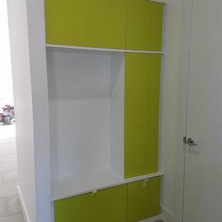 Immagine di una grande cabina armadio unisex design con nessun'anta, ante bianche e pavimento in gres porcellanato