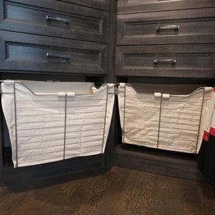 Imagen de armario vestidor unisex, clásico renovado, de tamaño medio, con armarios con paneles empotrados, puertas de armario con efecto envejecido, suelo de madera oscura y suelo marrón
