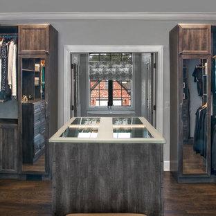 Modelo de armario vestidor unisex, clásico renovado, de tamaño medio, con armarios con paneles empotrados, puertas de armario con efecto envejecido, suelo de madera oscura y suelo marrón