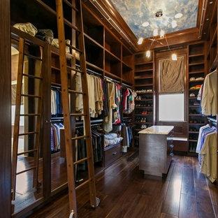 Inspiration för ett vintage walk-in-closet för män, med öppna hyllor, skåp i mörkt trä och mörkt trägolv