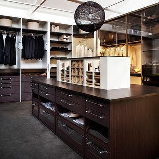 Idéer för ett mellanstort modernt walk-in-closet för könsneutrala, med skåp i mörkt trä, heltäckningsmatta, öppna hyllor och svart golv