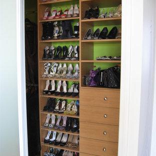Idee per una piccola cabina armadio per donna boho chic con ante lisce, ante in legno chiaro, parquet chiaro e pavimento marrone