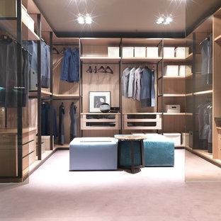 Ispirazione per un ampio spazio per vestirsi unisex contemporaneo con ante lisce, ante in legno chiaro e moquette