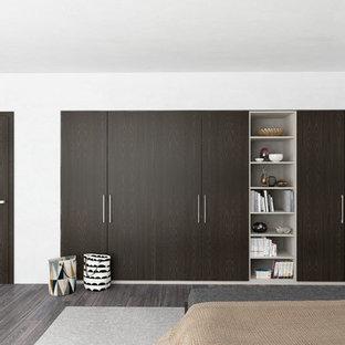 Modelo de armario minimalista, de tamaño medio, con armarios con paneles lisos y puertas de armario de madera en tonos medios